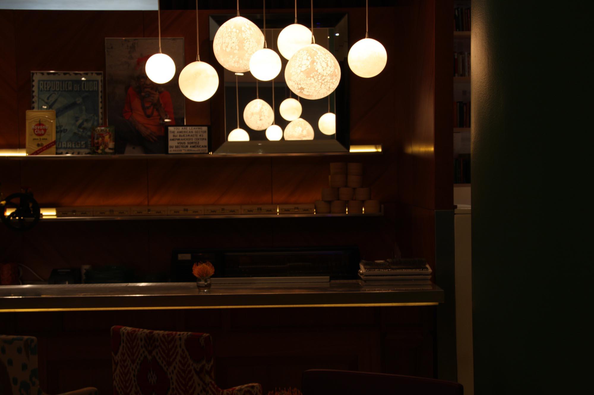 Suspensions Planètes, Stark & Bruno Borrione, diam. 14 à 25cm, St Martins Lane Hotel, Londres