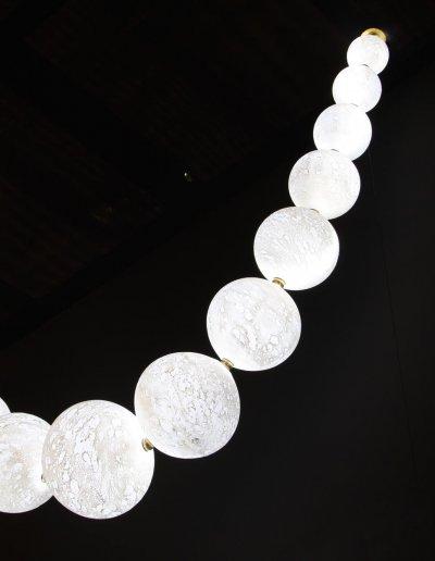 Collier de Lunes, H 120 x L 120cm, verreries diam. 8-22cm