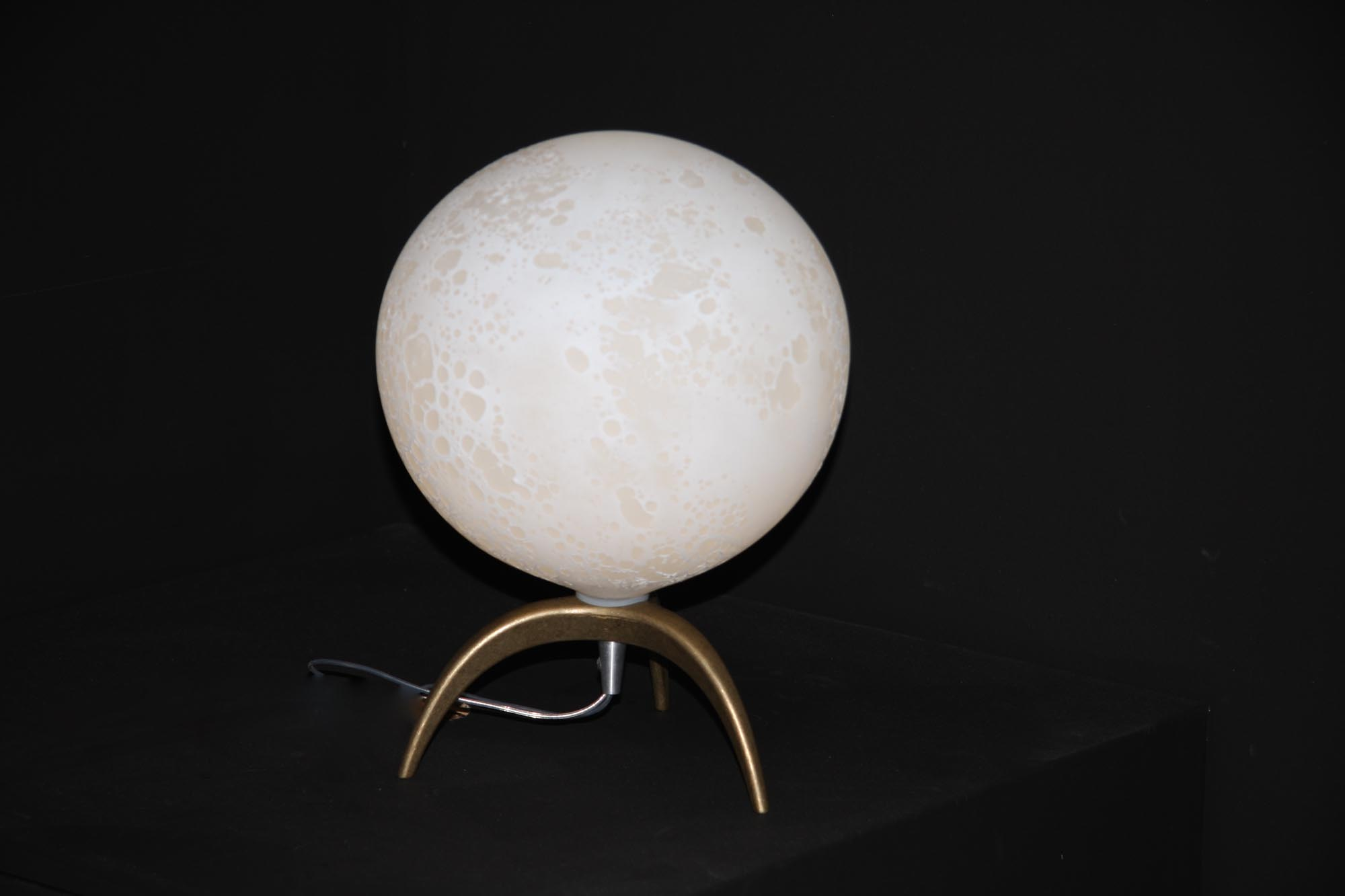 Lune table lamp on a tripod in brass, H 30 x diam. 20cm